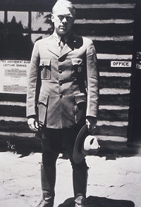 Imagen 2: El ex presidente Gerald R. Ford como guardabosques estacional en el Parque Nacional de Yellowstone (foto de 1936)