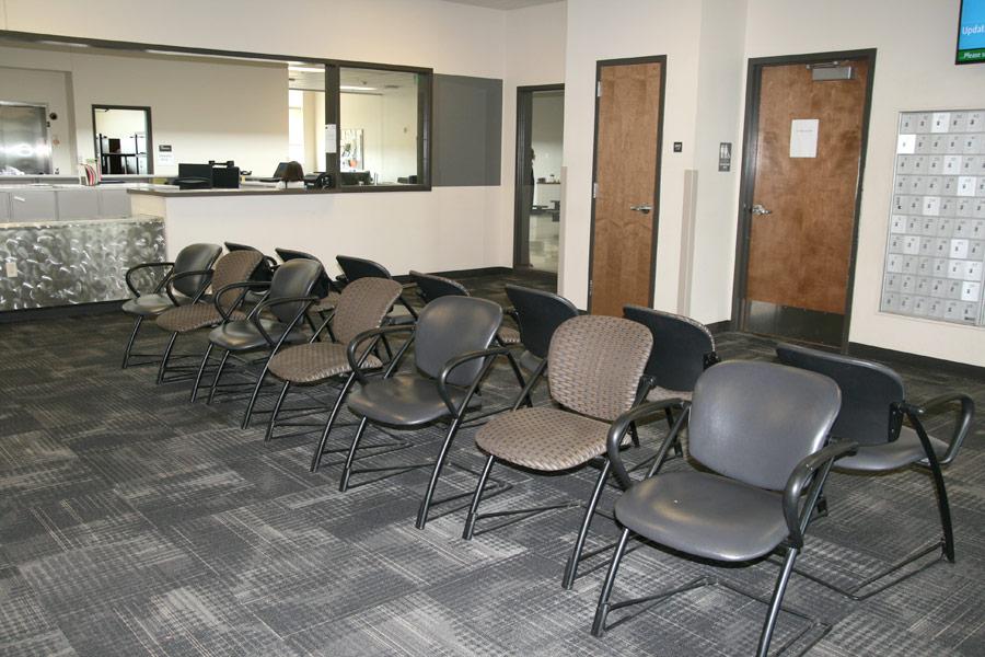 Imagen 12: Área de recepción y escritorio del personal
