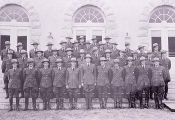 Imagen 1: Grupo de guardabosques frente a la oficina de correos de Mammoth, alrededor de 1937