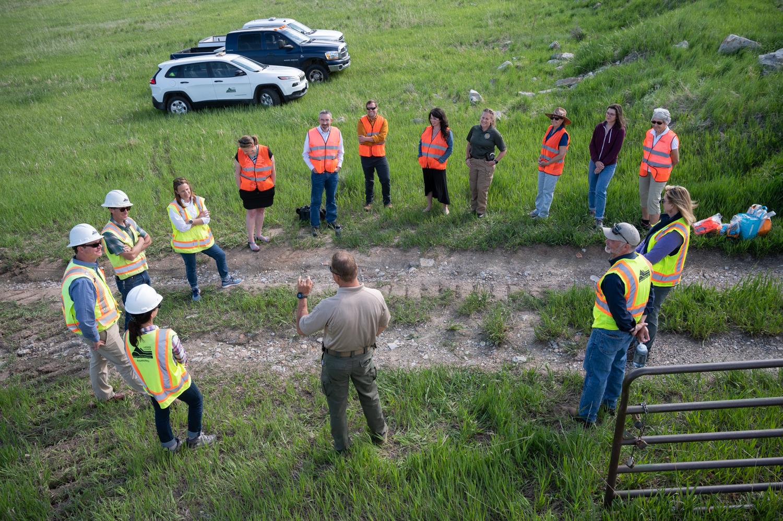 Imagen 2: El personal de LCDNR, representantes de la Oficina de Reclamación, Great Outdoors Colorado y Friends of Larimer County escucharon en círculos los comentarios.