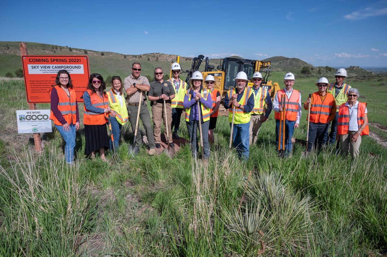 Imagen 3: Personal de LCDNR, Oficina de Reclamación, Great Outdoors Colorado y Friends of Larimer County frente a una excavadora para la inauguración oficial.