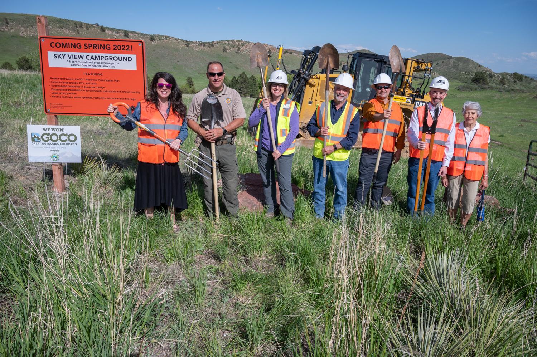 Imagen 4: Socios del proyecto Skyview Campground: Great Outdoors Colorado, Bureau of Reclamation y Friends of Larimer County frente a una excavadora con el personal de LCDNR.