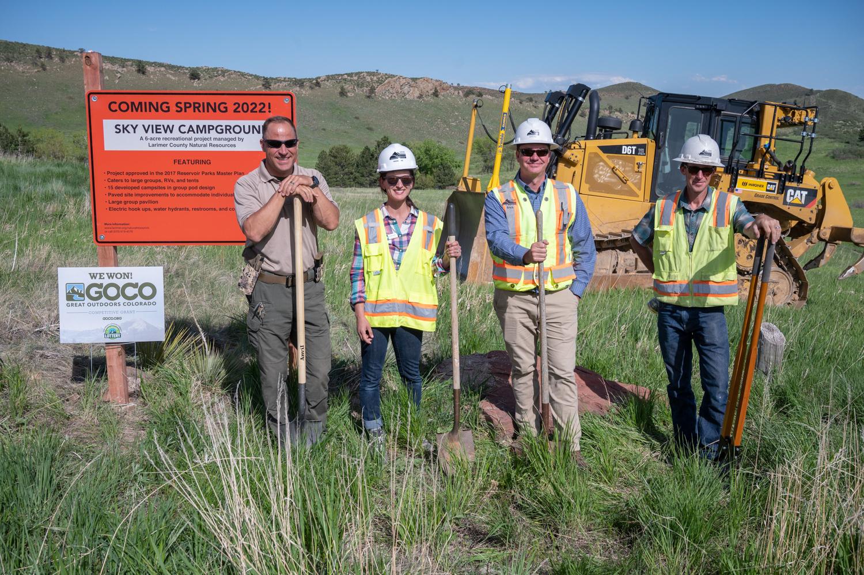 Imagen 5: Equipo del proyecto LCDNR frente a una excavadora en la inauguración oficial de Sky View