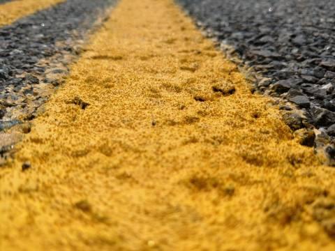 Pintura de pavimento amarillo con cuentas de vidrio.