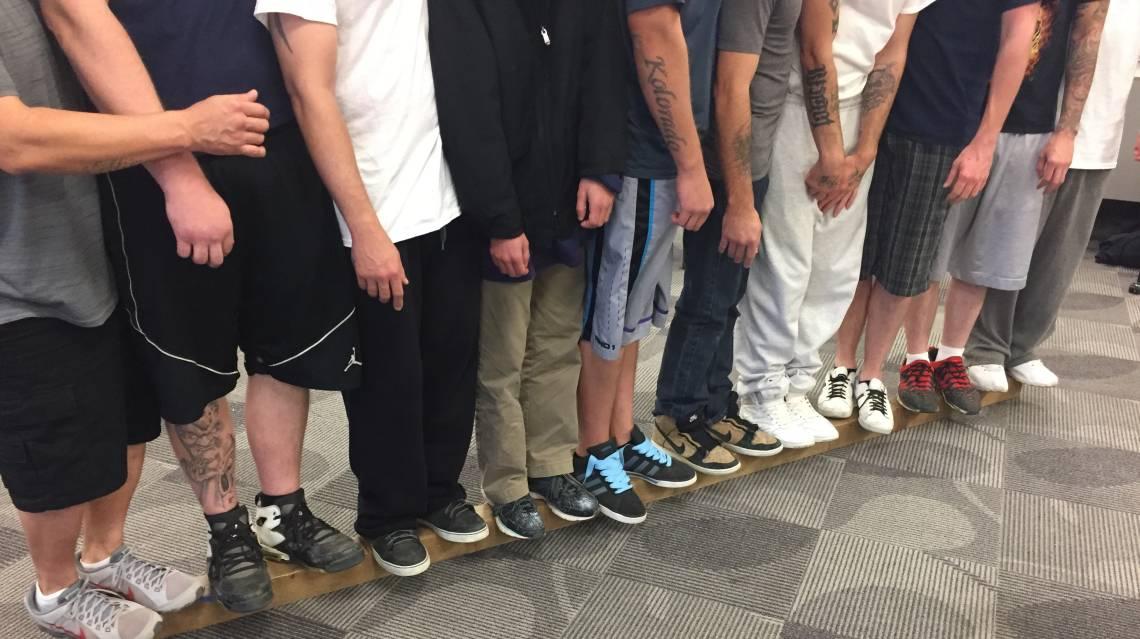 Hombres parados juntos en una corbata de ferrocarril
