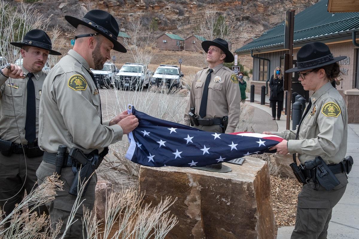 Imagen 2: Los guardabosques del condado de Larimer completan el izamiento de la bandera en honor al guardabosques Brendan Unitt, cortesía de Charlie Johnson