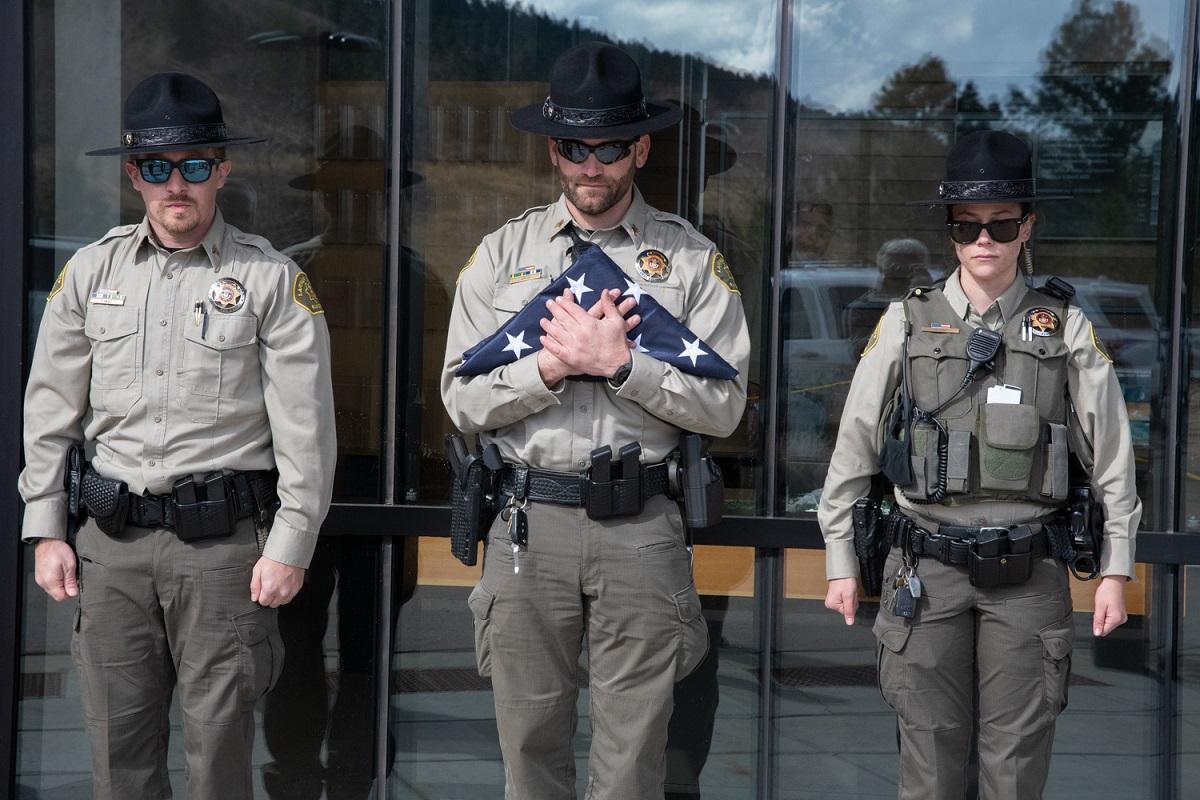 Imagen 4: Los guardabosques del condado de Larimer están en posición de firmes para la ceremonia de izamiento de la bandera, cortesía de Charlie Johnson